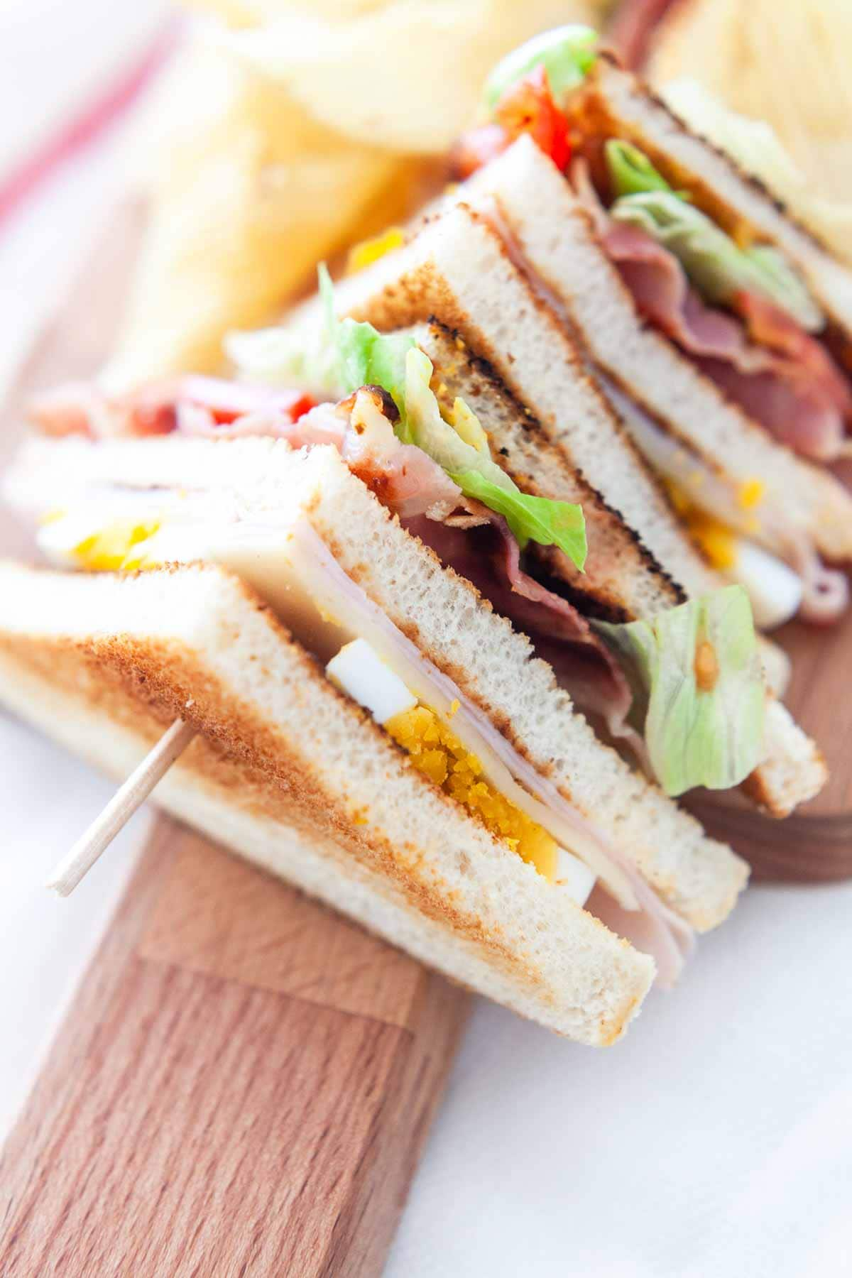 Looking for a quick and simple club sandwich take a look at this classic club sandwich recipe. Great for lunch or dinner. Visit fastfoodbistro.com for the full recipe #fastfoodbistro #clubsandwich #lunch #dinner #classicclubsandwich #clubsandwichrecipe