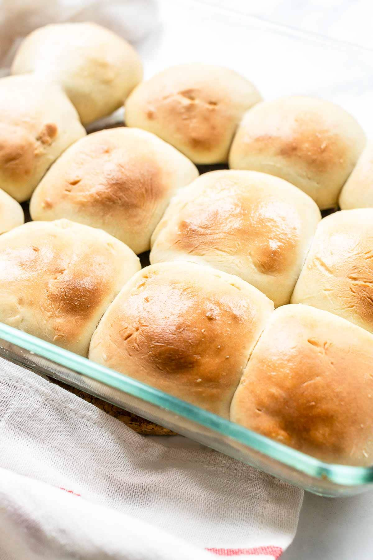 Make homemade fluffy dinner rolls. These are great as a side dish but also lovely with sliders or as mini hamburger buns. Visit fastfoodbistro.com for the full recipe #fastfoodbistro #dinnerrolls #fluffydinnerrolls #breadrolls #softbread #buns