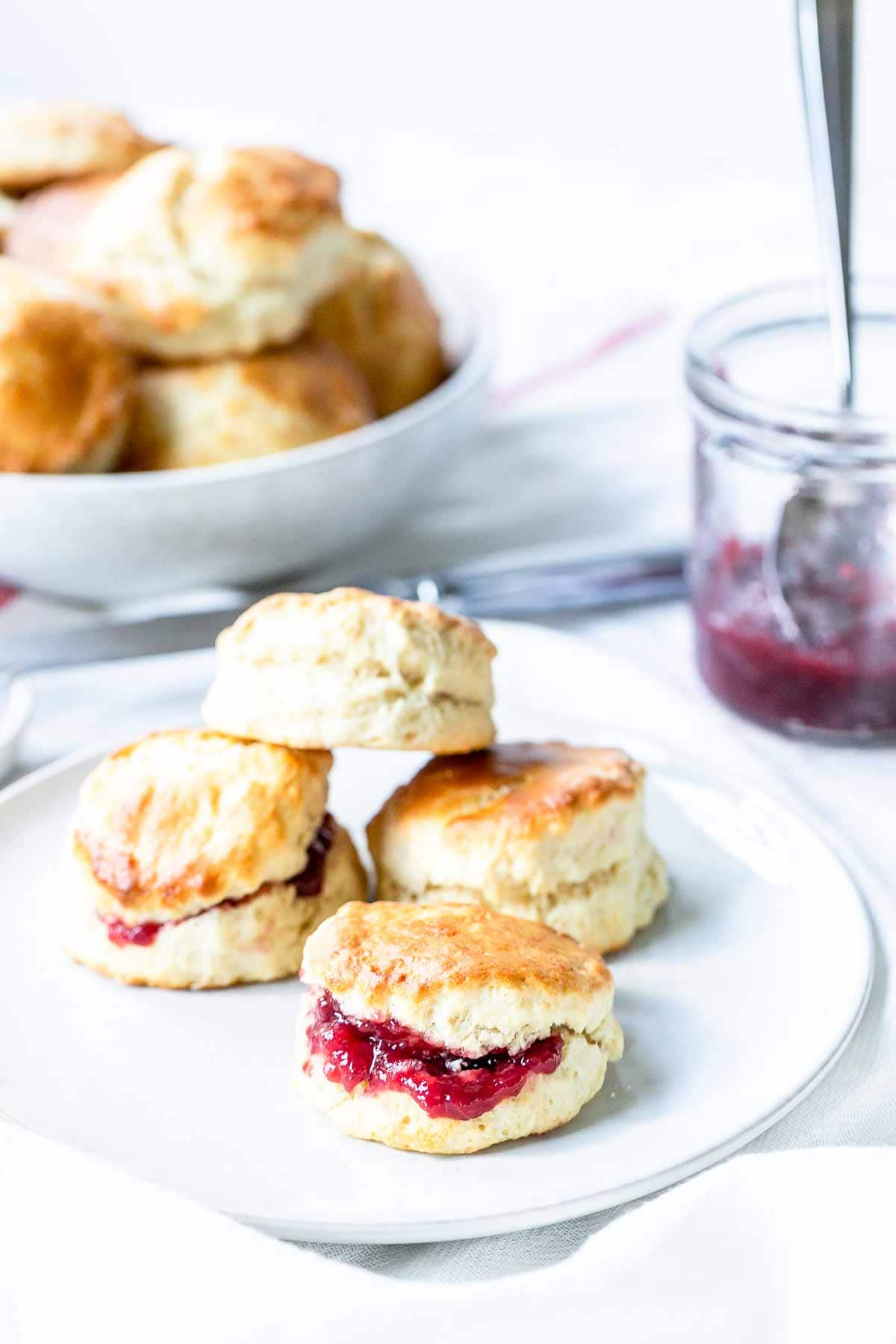 Looking for quick and easy scones? Take a look at this delicious traditional English scones recipe. Eat them with jam, clotted cream or butter. Visit fastfoodbistro.com for the full recipe #scones #Englishscones #howtomakescones #easyscones #Englishsconesrecipe