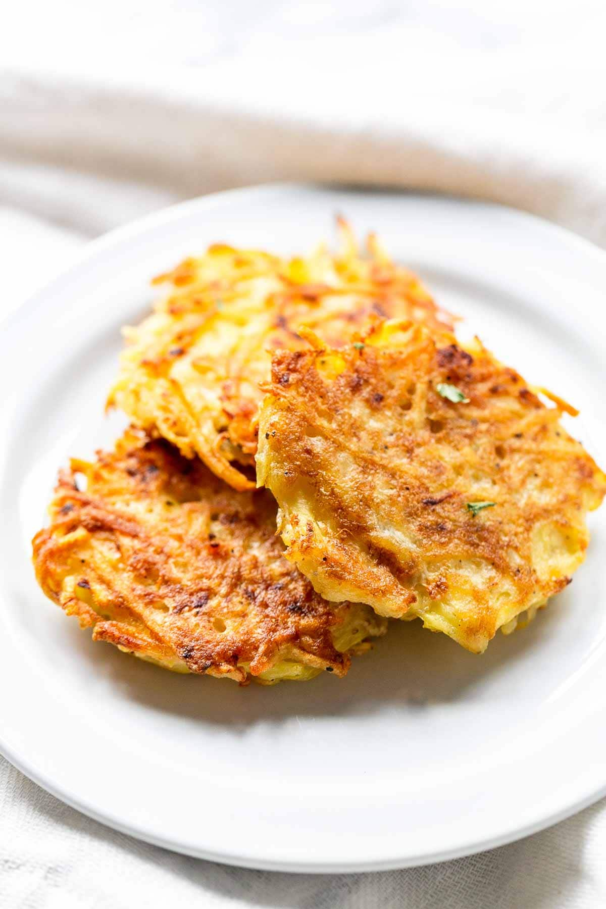 Looking for simple and quick hash browns? Take a look at this hashed browns recipe similar with rosti. Great to serve for breakfast or as a side dish. Visit fastfoodbistro.com for the full recipe #fastfoodbistro #hashbrowns #hashedbrowns #potatopatties #breakfast #sidedish