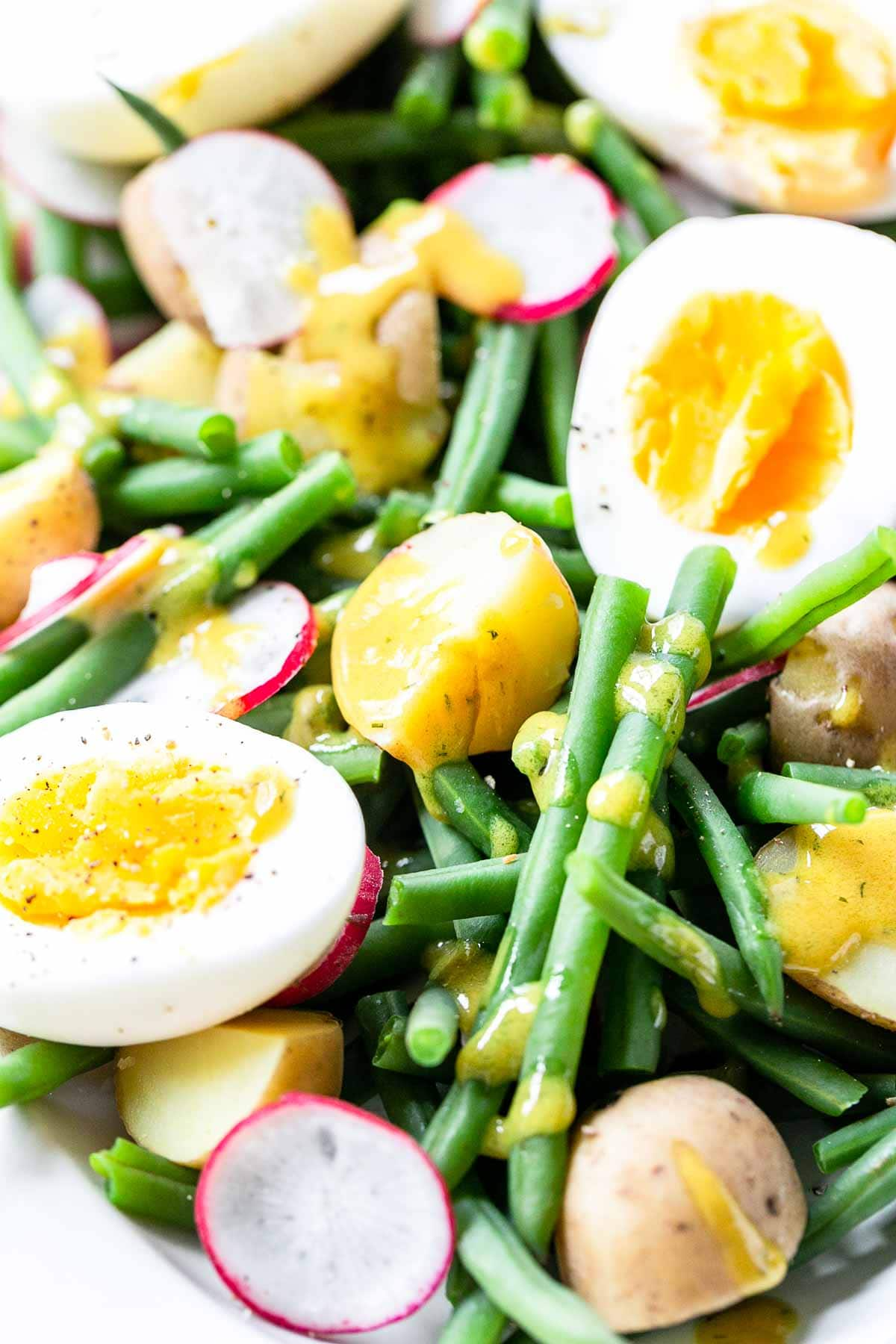 This French bistro salad is amazing! Made with crisp green beans and the best French salad dressing. Luke warm you can serve this as a salad, starter and even as a side dish. Visit fastfoodbistro.com for the full recipe so you can try it! #fastfoodbistro #frenchbistrosalad #greenbeanssalad #salad #starter